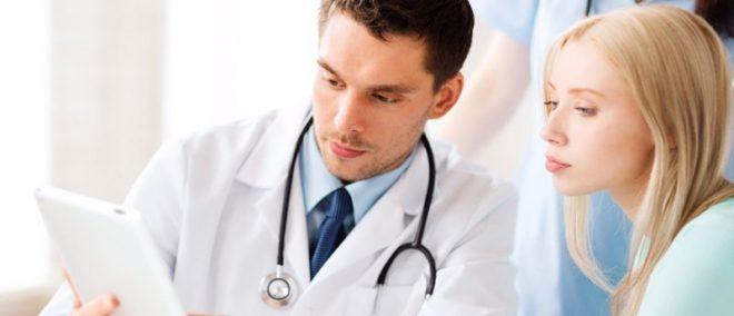 врач консультирует девушку