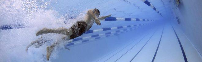 плаванье в бассейне