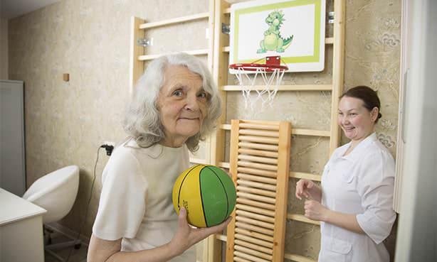 Женщина после инсульта в специально оборудованной комнате