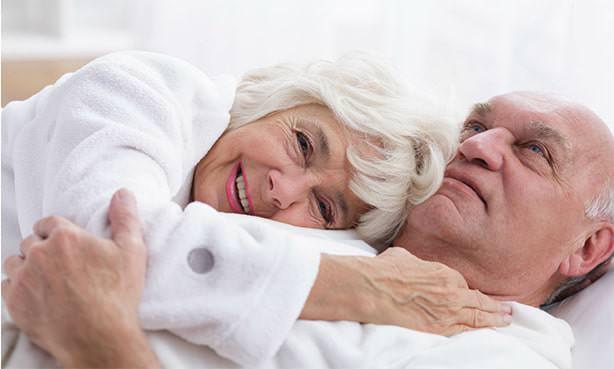 Пенсионеры лежат в обнимку
