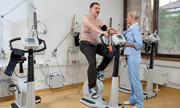 Работа пациента на кардиотренажере