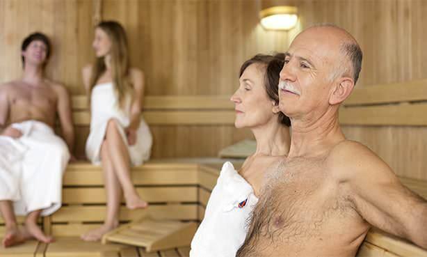 Пожилые люди в бане
