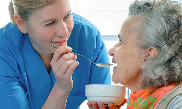 Женщина после перенесенного сердечного приступа кушает