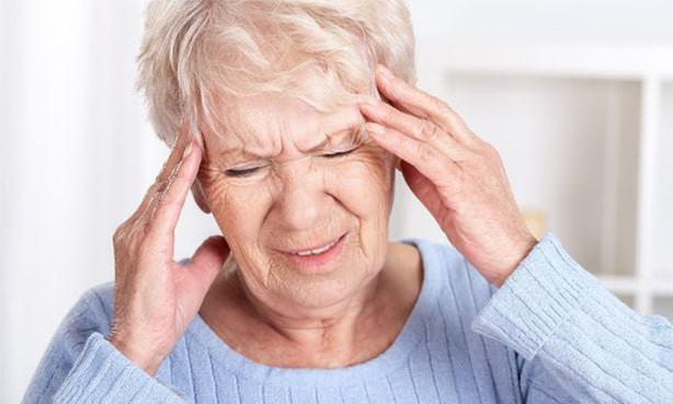 Сильная головная боль у пожилой женщины