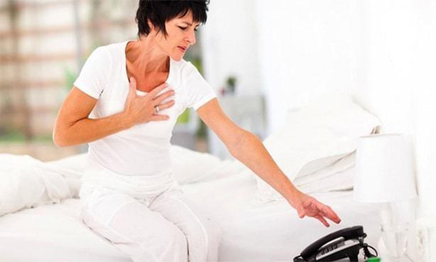Сердечный приступ – женщина вызывает скорую